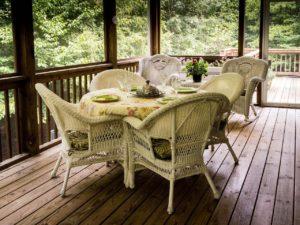 מרפסת בית עם כיסאות